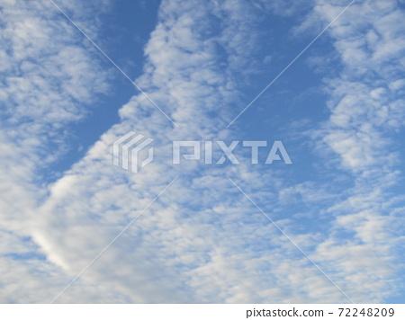 이나 게 해변 공원의 겨울의 푸른 하늘과 흰 구름이나 게 해변 공원의 겨울의 푸른 하늘과 흰 구름 72248209