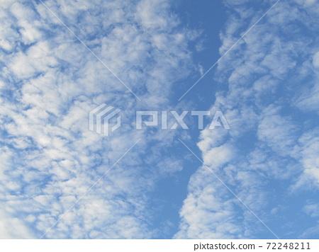 이나 게 해변 공원의 겨울의 푸른 하늘과 흰 구름 72248211