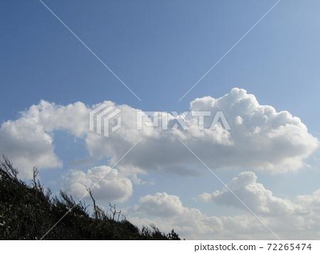 検見川 바닷가 가을의 푸른 하늘과 흰 구름 72265474