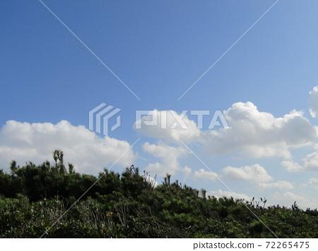 検見川 바닷가 가을의 푸른 하늘과 흰 구름 72265475