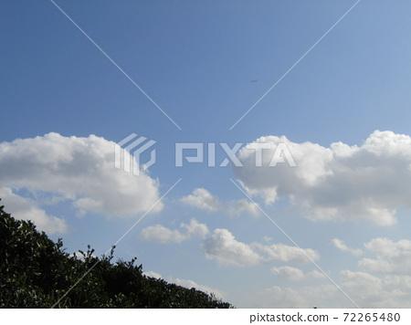 検見川 바닷가 가을의 푸른 하늘과 흰 구름 72265480