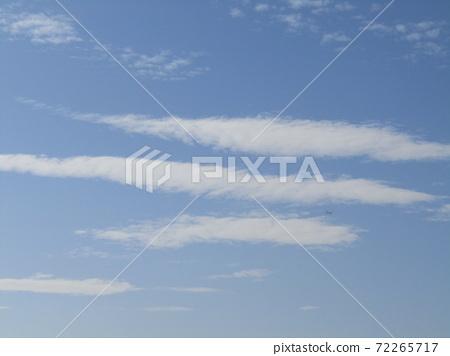 検見川 바닷가 가을의 푸른 하늘과 흰 구름 72265717