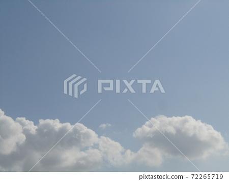 検見川 바닷가 가을의 푸른 하늘과 흰 구름 72265719