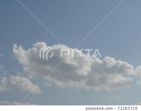 検見川 바닷가 가을의 푸른 하늘과 흰 구름 72265720