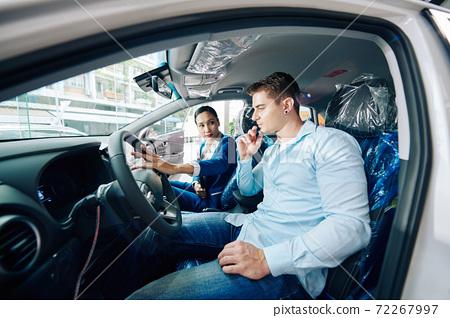 Explaining advantages of steering wheel 72267997
