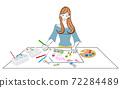 一個女人在畫紙上用顏料畫一幅畫的插圖 72284489