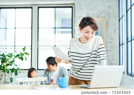 遠程辦公中年女人 72303905