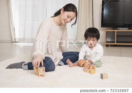 부모와 자식 놀이 유아 적목 72310897