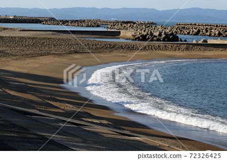 모래 해변에 파도와 소파 블록 72326425