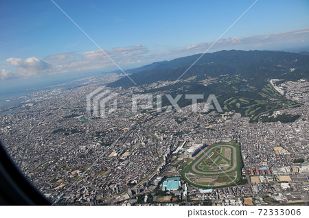 The cityscape of Nishinomiya and Takarazuka can be seen from the Boeing 767, which is taking off from Itami Airport and rising. The lower right is Hanshin Racecourse. 72333006