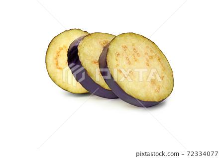 Fresh raw eggplant slices isolated on white background 72334077