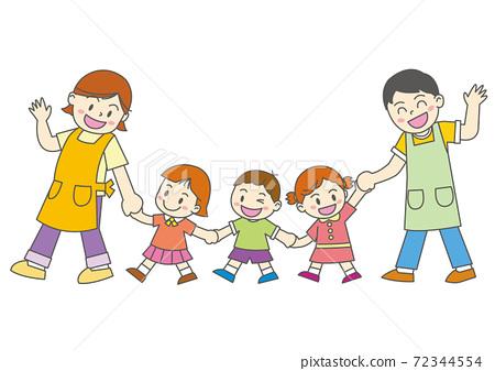 手拉手走的兒童和托兒所老師 72344554