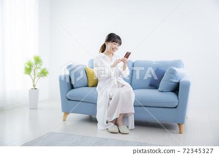 她50多歲的智能手機中的女性 72345327