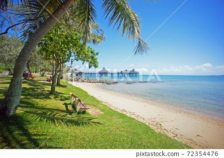 最靠近天堂努美阿海岸和棕櫚樹的島嶼 72354476