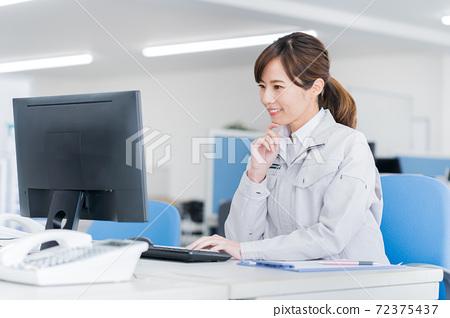 在公司工作的年輕女子 72375437