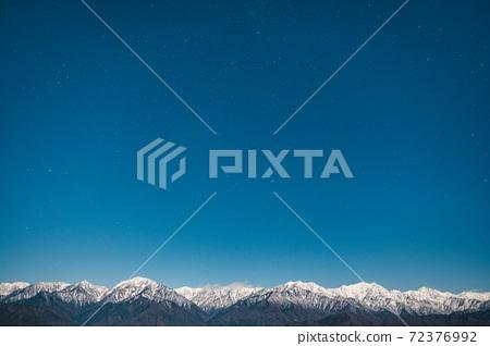 초겨울의 북 알프스와 밤하늘 72376992