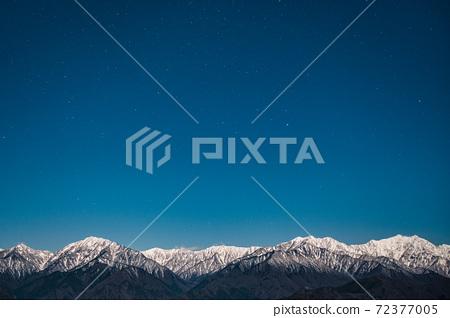 초겨울의 북 알프스와 밤하늘 72377005