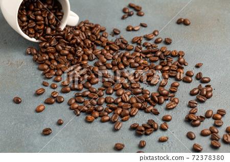 咖啡豆和杯子 72378380