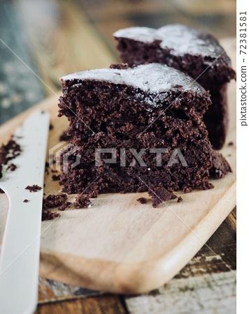검정색 초코 브라운 케이크 72381581