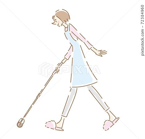 一個可愛的家庭主婦用滾筒清潔地板 72384960