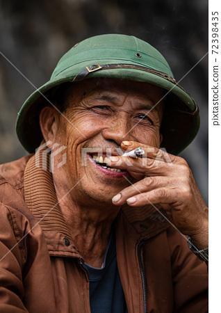 senior, men, smoking 72398435