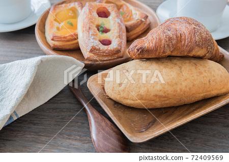 表穿麵包早餐形像素材 72409569