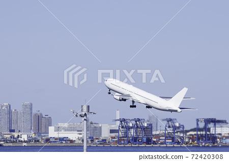푸른 하늘을 배경으로 하네다 공항을 이륙하는 비행기와 도쿄만에 접한 도심 빌딩 군과 크레인 72420308