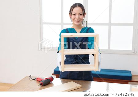 對工作的完成感到滿意的DIY女孩 72422848