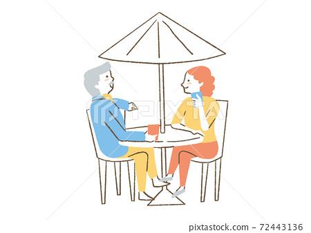 男人和女人在花園傘下說話 72443136