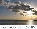 夕阳照耀着穿过云层和光到达海面的路径 72450850