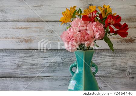 푸른 꽃병에 꽃꽂이 한 알 스트로 메리아 카네이션의 꽃다발 72464440