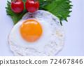 하얀 접시에 얹은 계란 후라이. 오오바, 방울 토마토를 곁들인 계란 후라이. 72467846