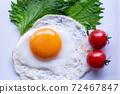 하얀 접시에 얹은 계란 후라이. 오오바, 방울 토마토를 곁들인 계란 후라이. 72467847