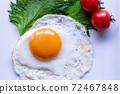 하얀 접시에 얹은 계란 후라이. 오오바, 방울 토마토를 곁들인 계란 후라이. 72467848
