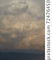 가오슝, 대만 06.03.2013 : 군용 수송기가 적란운 비행 준비 72476450