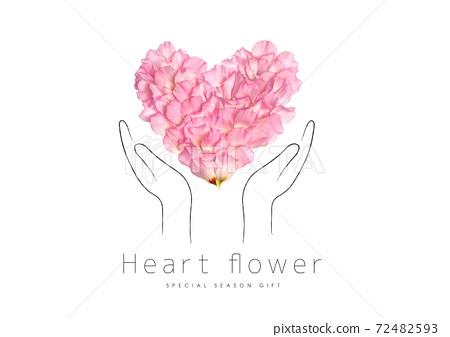用雙手握住花瓣製成的心 72482593