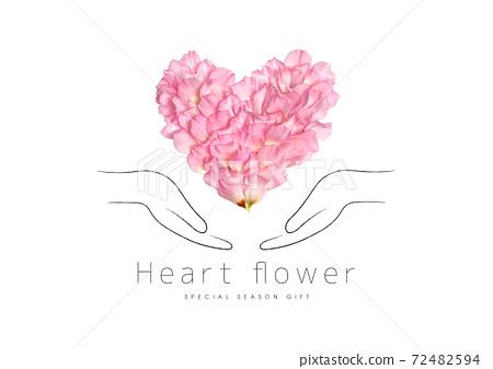 用雙手包裹花瓣製成的心 72482594