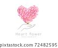 用手把花瓣做成的心 72482595