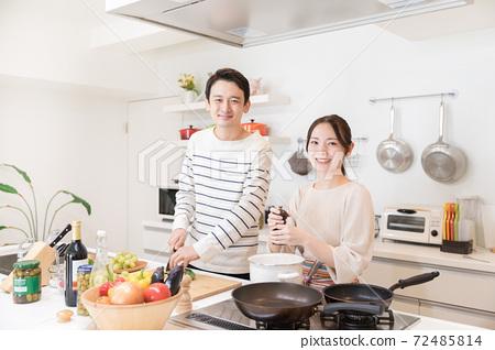 식사를 젊은 신혼 부부 72485814