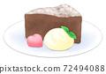 奶油巧克力蛋糕在盤子裡用心巧克力和新鮮的奶油 72494088