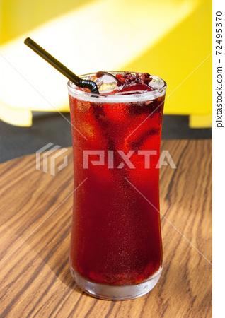 休閒時刻來一杯冰涼的花茶飲品 72495370