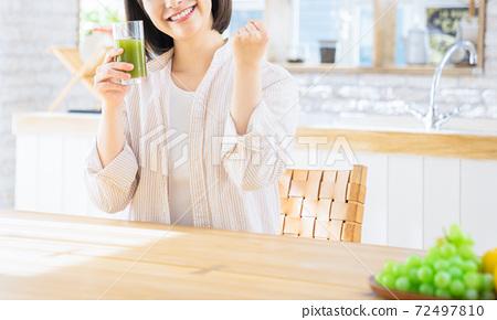 年輕女子膽量與蔬菜汁合影 72497810