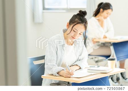 교실에서 수업 여대생 촬영 협조 : 중앙 공 학교 부속 일본어 학교 72503867