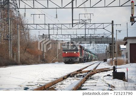 신호 장이되기 전 비비 역에서 특급 열차의 통과를 기다리는화물 열차 72523790