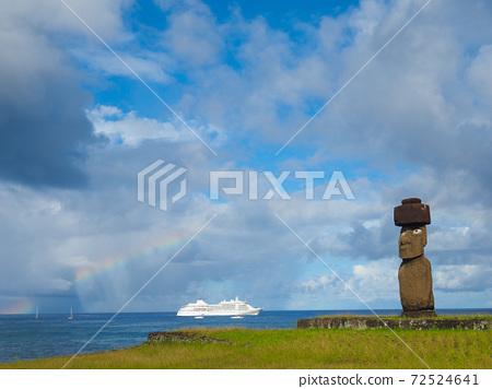 <復活節島>戴著眼睛和帽子的阿胡塔海摩艾雕像(2月) 72524641