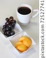 포도와 감 및 커피 72527741