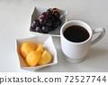 포도와 감 및 커피 72527744