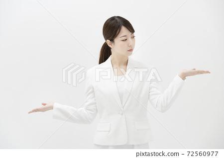 擺姿勢喜歡比較兩個選擇的女商人 72560977