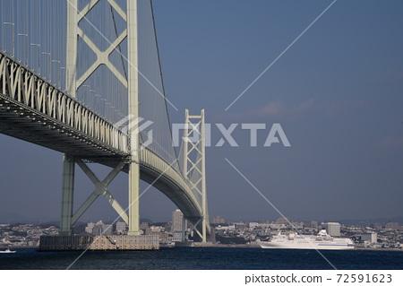 Akashi Kaikyo Bridge and Cruise Liner 72591623