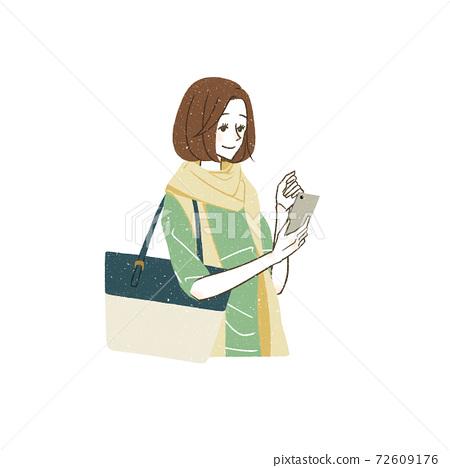 스마트 폰을보고있는 여성 72609176